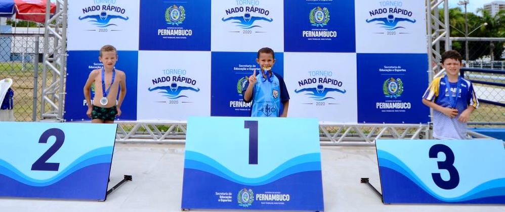 Equipe de natação do Português/FMO surpreendeu